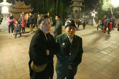 Cac cu gia leo nui suot dem de le hoi chua Huong - Anh 8