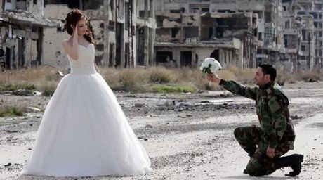 Bo anh cuoi giua chien tranh do nat o Syria gay tranh cai - Anh 1