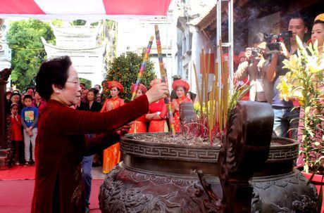 Pho Chu tich nuoc Nguyen Thi Doan dang huong tai den Hai Ba Trung - Anh 1
