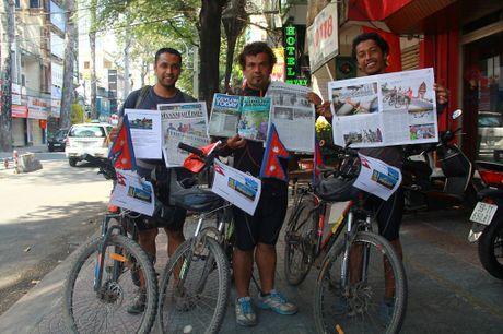 3 chang trai Nepal 'phuot' 100 nuoc bang xe dap den Viet Nam - Anh 1