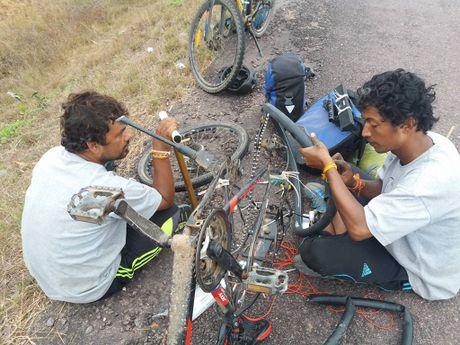 3 chang trai Nepal 'phuot' 100 nuoc bang xe dap den Viet Nam - Anh 5