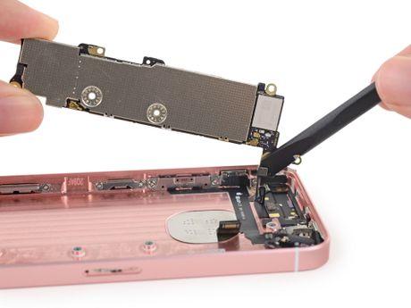 Ben trong iPhone SE: man hinh, loa, bo rung doi duoc voi 5s, co ron chong nuoc, 6/10 diem iFixit - Anh 13
