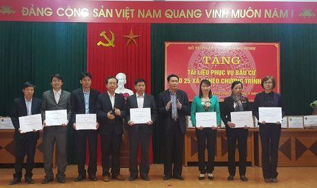 Tang 'qua' quy cho cu tri 25 xa dac biet kho khan - Anh 1