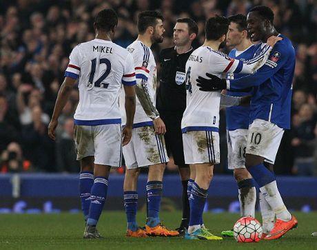 Diego Costa bi treo gio them mot tran - Anh 1