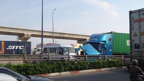 Xe container huc vang dai phan cach, tong vao 3 xe nguoc chieu - Anh 1