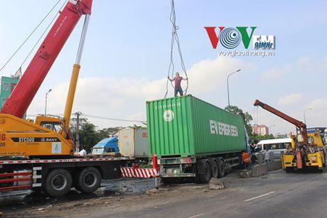 Container dam dai phan cach, tong lien hoan nhieu o to - Anh 12