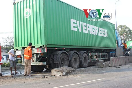 Container dam dai phan cach, tong lien hoan nhieu o to - Anh 3