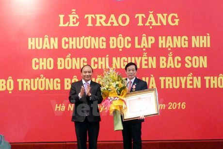Ban giao nhiem vu cho tan Bo truong Truong Minh Tuan - Anh 1