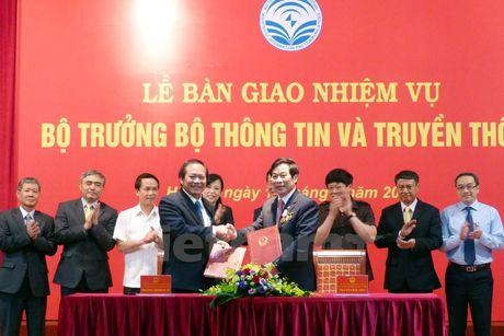 Ban giao nhiem vu cho tan Bo truong Truong Minh Tuan - Anh 2