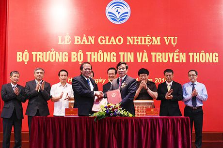 Tan Bo truong TT&TT Truong Minh Tuan nhan ban giao nhiem vu - Anh 1
