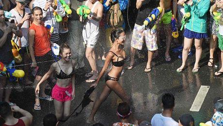 Bikini, sooc ngan dam nuoc ngap tran pho Thai Lan - Anh 1