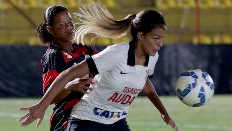 Nu cau thu gap bong qua dau doi phuong dinh hon Ronaldinho - Anh 1