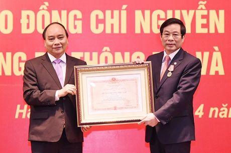 Nguyen Bo truong TT&TT nhan Huan chuong Doc lap hang Nhi - Anh 1
