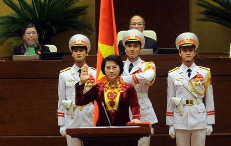 Nguoi dan ong thiet ke ao dai cho Tan chu tich Quoc hoi - Anh 1