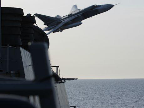 Can canh may bay Su-24 Nga ap sat tau khu truc My - Anh 1
