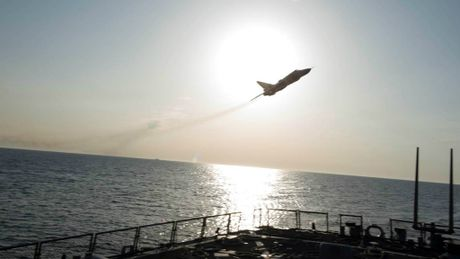 Can canh may bay Su-24 Nga ap sat tau khu truc My - Anh 2