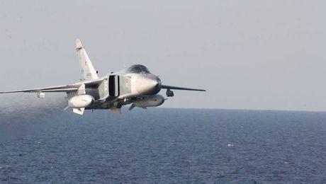 Can canh may bay Su-24 Nga ap sat tau khu truc My - Anh 3