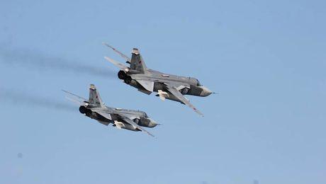 Can canh may bay Su-24 Nga ap sat tau khu truc My - Anh 6