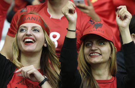 Nu CDV Albania khoe than boc lua tren khan dai - Anh 11
