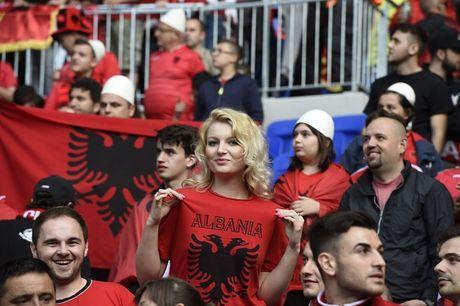 Nu CDV Albania khoe than boc lua tren khan dai - Anh 12