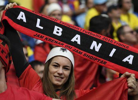 Nu CDV Albania khoe than boc lua tren khan dai - Anh 13
