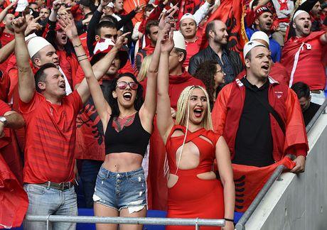 Nu CDV Albania khoe than boc lua tren khan dai - Anh 14