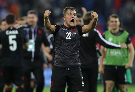 Nu CDV Albania khoe than boc lua tren khan dai - Anh 1