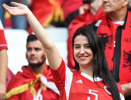 Nu CDV Albania khoe than boc lua tren khan dai - Anh 4
