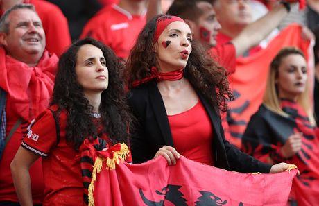 Nu CDV Albania khoe than boc lua tren khan dai - Anh 9