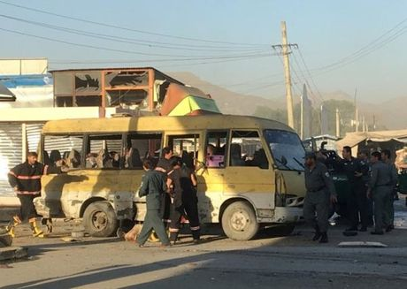 Danh bom xe bus tai Afghanistan, nhieu nguoi thuong vong - Anh 1