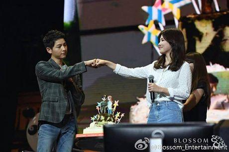 Song Hye Kyo tuoi roi di du dam cuoi sau khi ve nuoc - Anh 7