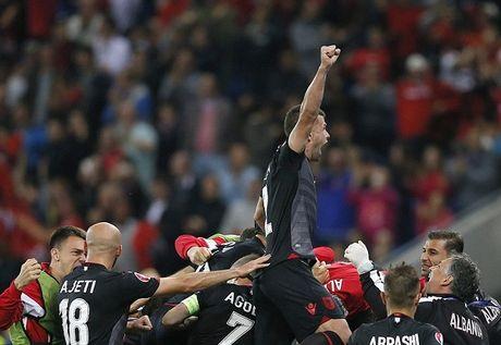 Romania 0-1 Albania: Sadiku tien Romania ve nuoc, thap hy vong lich su cho Albania - Anh 1