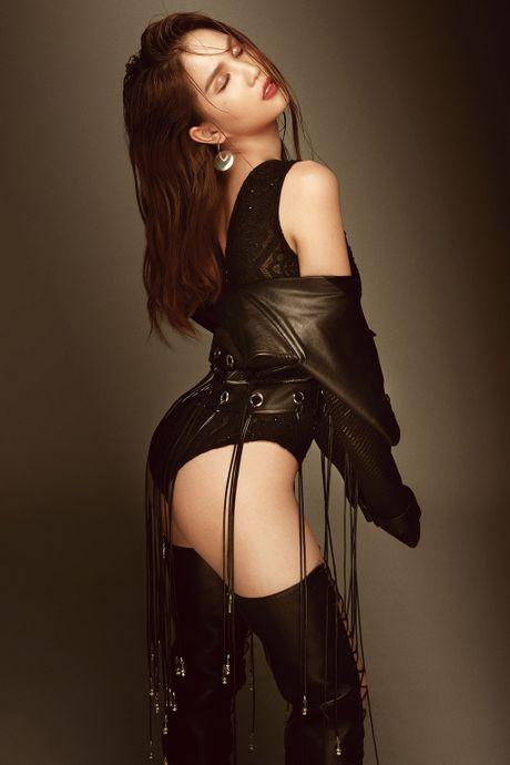 Ngoc Trinh sexy het co trong trang phuc xuyen thau cua Do Long - Anh 4