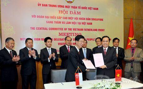 Tang cuong hop tac giua MTTQ Viet Nam va Hiep hoi Nhan dan Singapore - Anh 1