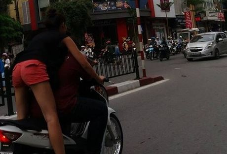 'Nu quai xe' lang lach hon ban trai giua pho Ha Noi - Anh 1