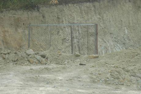 Nghe An: Phat hien bom khung trong vuon nha dan - Anh 1