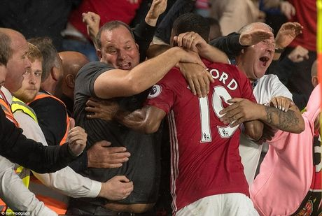Rashford toa sang, pha 'noi am anh' Mourinho - Anh 2