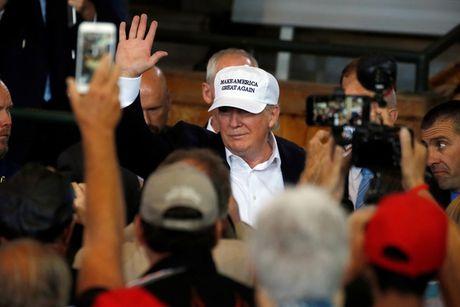 Ong Trump doa manh tay voi nguoi nhap cu trai phep - Anh 1