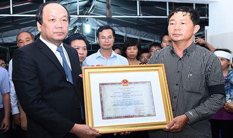 Phi cong may bay L39 duoc truy tang Huan chuong Bao ve To quoc - Anh 1