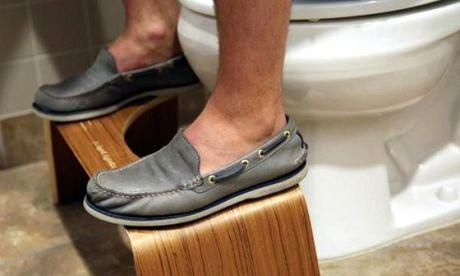 Thanh trieu phu nho ghe ke chan trong toilet - Anh 1