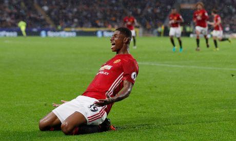 'Than tai' Rashford giup Man United co 3 diem o phut bu gio - Anh 1