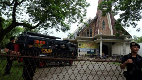 Indonesia bat giu nghi pham tan cong khung bo tai nha tho - Anh 1