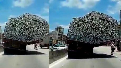 10 clip 'nong': Bat thuy quai 'khong lo' dai 4m tren song - Anh 2