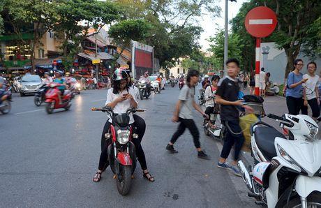Cong an Quang Tri cam can bo, chien si choi Pokemon Go o noi lam viec - Anh 1
