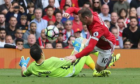 Mourinho: 'Bravo phai bi the do va Man United le ra co 2 qua penalty' - Anh 3