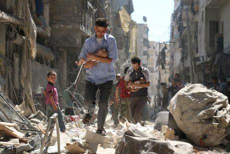 100 tre em chet vi khong kich trong tuan qua o Syria - Anh 1