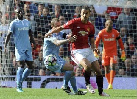 De Gea mac sai lam, Man United bi Stoke cam chan o Old Trafford - Anh 1