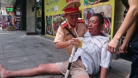 Chien sy Doi CSGT 15 giup do mot nguoi gap nan - Anh 1