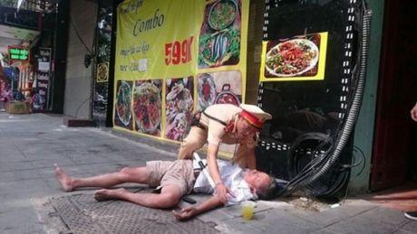 Chien sy Doi CSGT 15 giup do mot nguoi gap nan - Anh 2