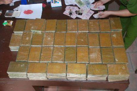 Cap tinh nhan cam dau duong day mua ban 523 banh heroin sap den toi - Anh 2